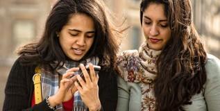 'मोबाईलमुळे बलात्कार ,शाळा-महाविद्यालयांत बंदी हवी'