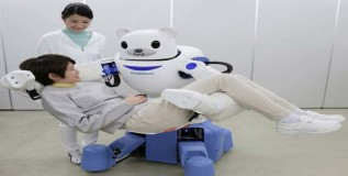 कडेवर घेऊन बेडवर झोपविणारा रोबो