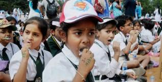 १७ हजार विद्यार्थ्यांनी एकाचवेळी घासून बनविला विश्वविक्रम