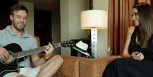 पत्नीसाठी डिव्हिलियर्सचे मधुर गिटार वादन