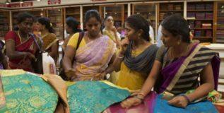 कर्नाटकात मिळत आहे चक्क १ रुपयात साडी