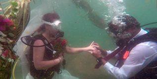 महाराष्ट्राच्या अवलियाने समुद्राखाली बांधली लग्नगाठ !