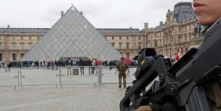 फ्रान्सच्या लुव्र संग्रहालयावर दहशतवादी हल्ला
