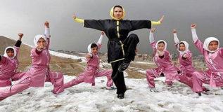 हिजाब घालून कट्टरवाद्यांशी टक्कर घेते अफगाणी मुलगी