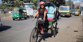 बांगलादेशात 'क्रेझी आंटी'च्या रिक्षाची क्रेझ