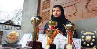 मुलांच्या टीममधूनच ही काश्मीरी कन्या करतेय क्रिकेटचा सराव
