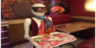 पाकिस्तानी रेस्टॉरंटमध्ये महिला रोबो वेट्रेस