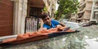 कार धुणारा मुलगा चालवतो मुलांचे वृत्तपत्र