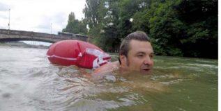 रोज ऑफिसला पोहत जातो हा माणूस
