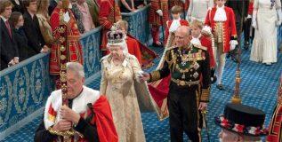 इंग्लंडच्या राणी समोर करावे लागते या नियमांचे काटेकोरपणे पालन.