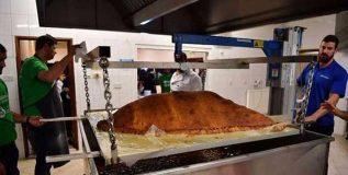 लंडनमधील लोकांनी पाहिला तब्बल १५३ किलो वजनाचा समोसा