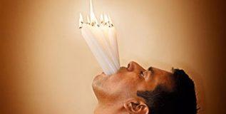 बावीस जळत्या मेणबत्त्या तोंडामध्ये धरण्याचा अद्भुत विश्वविक्रम