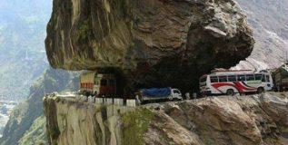 डोंगराच्या कड्यावर बांधलेला रस्ता बनला जगातील 9वे आश्चर्य