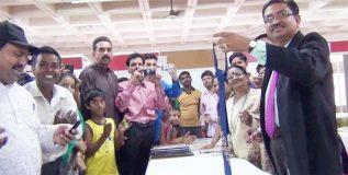 नागपुरातील डॉ. दीपक शर्मा यांनी रचला झटपट 'टाय' बांधण्याचा विक्रम