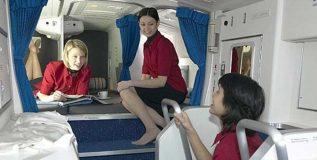 विमानाच्या या कोपऱ्यात झोपतात एअर होस्टेस