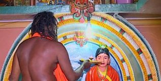 पत्नीवरील प्रेमाखातर त्याने बांधले 'प्रेमाचे मंदिर', १२ वर्षापासून करत आहे पत्नीची पूजा