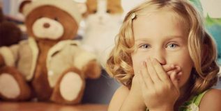 मुले पालकांशी वारंवार खोटे बोलतात का?