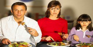 टीव्हीसमोर बसून भोजन करण्याची सवय अपायकारक