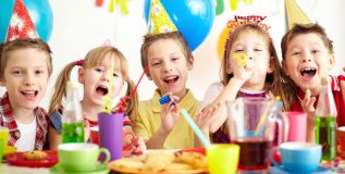 मुलांना बर्थडे पार्टी साठीचे शिष्टाचार शिकविणे आवश्यक