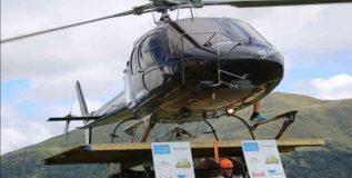 स्वतःच्या खाद्यांवर हेलिकॉप्टर पेलणारा वीर
