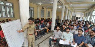 आयपीएस अधिकारी देत आहे विद्यार्थ्यांना मोफत प्रशिक्षण