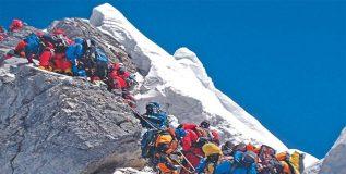 एव्हरेस्ट जिंकण्याची चढाओढ हिमालयाच्या मुळावर