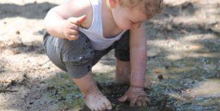 लहान मुलांची माती खाण्याची सवय सोडविण्यासाठी अवलंबा हे उपाय