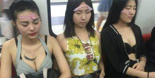 बीजिंगमधील मेट्रोत तरुणींनी चेहऱ्यावर का चिकटवले कंडोम?