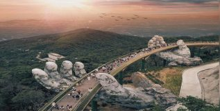 व्हिएतनाम मधील सोनेरी पुलाला देवाच्या हातांचा आधार