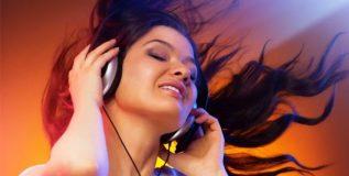 शांत झोपेसाठी रात्री झोपण्यापूर्वी घ्या योग संगीताचा आनंद