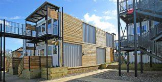 जुने शिपिंग कंटेनर्स 'री-डिझाइन' करून गरजूंना परवडतील अश्या तात्पुरत्या घरांचे निर्माण